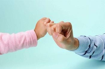 """太原心理咨询:让孩子在""""拉钩""""中培养信任与安全感"""