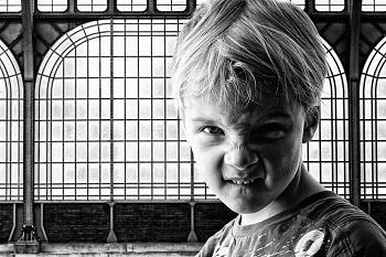 儿童爱发脾气什么原因
